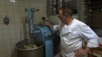 Die traditionelle Brotknetmaschine knetet den Teig langsam und schonend.