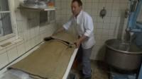 Der Teig wird in traditionellen alten Mehlsäcken eingepackt.