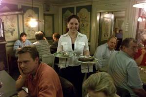 Beatrice serviert Blut- und Leberwurst