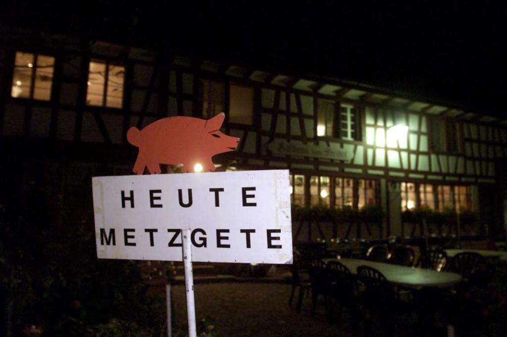 Das Metzgetenschild vor dem Freihof in Schmidrüti