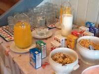 Verschiedene Müesli und Frühstücksflocken stehen bereit.