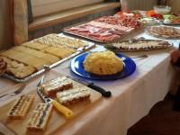 Grosse Auswahl verschiedener Käse und Aufschnitte.