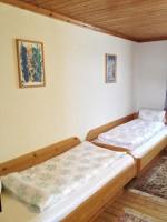 Dieses Zimmer ist mit zwei getrennten Einzelbetten ausgestattet.