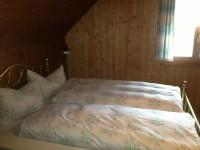 Wir haben Doppel- und Einzelbetten.