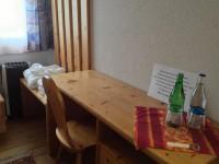 Einige Zimmer sind mit Tischen und Stühlen ausgestattet.
