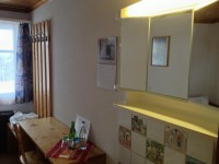 Alle Zimmer sind mit eigenem Lavabo und Spiegelschrank ausgestattet.