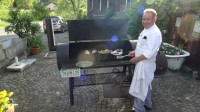 Jakob am Oklahoma Joe Barbecue Grill, direkt neben den alten Tankstellen.