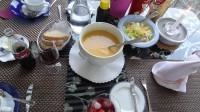 Als Vorspeise beim Topfmenü gibt's Suppe und Salat direkt auf dem Tisch.