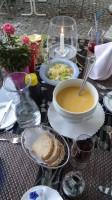 Suppe und Salat wird als Vorspeise gereicht beim Topfmenu.