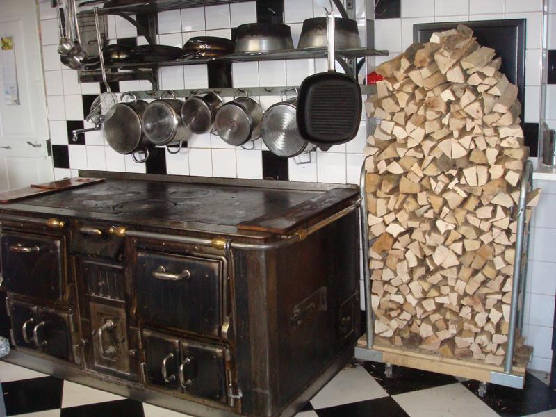 Holzherd mit Holzbeige